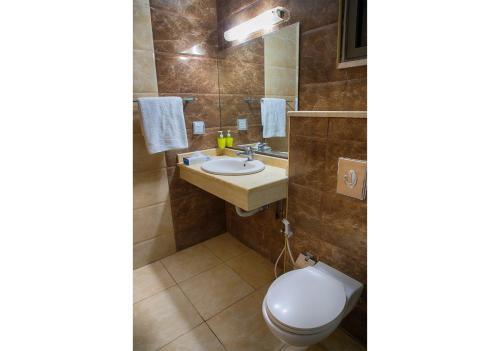 A bathroom at Shweiki International Hotel