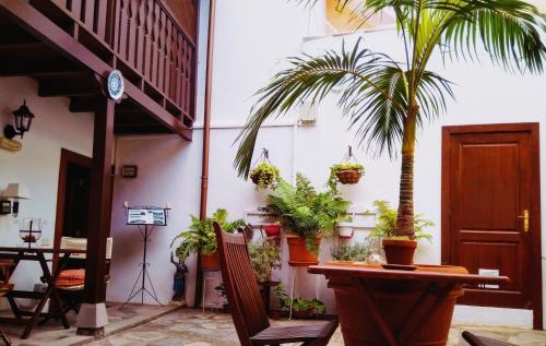 Un restaurante o sitio para comer en Casa Rural Los Helechos