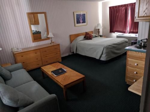 A bed or beds in a room at Stowe Motel & Snowdrift