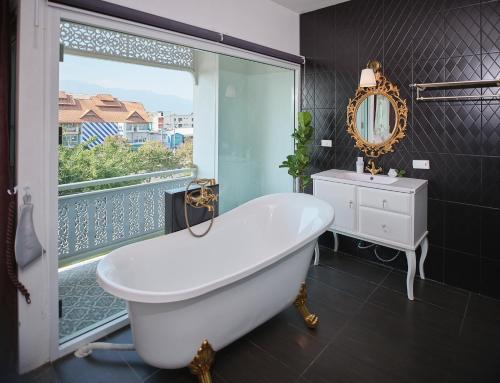 A bathroom at Nidhra Lanna Hotel