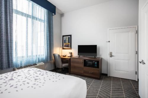 A television and/or entertainment centre at La Quinta Inn and Suites by Wyndham Long Island City