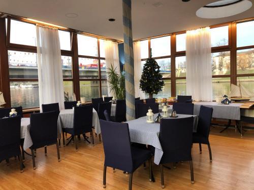 """Reštaurácia alebo iné gastronomické zariadenie v ubytovaní Boat-Hostel """"Marta"""""""