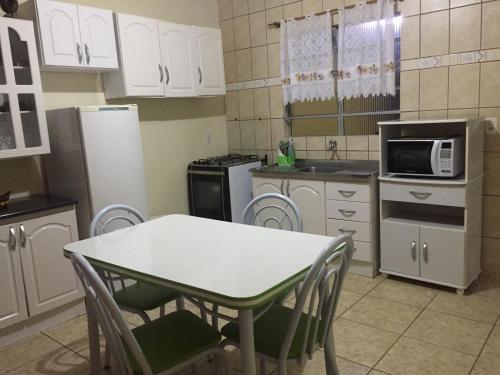 A cozinha ou cozinha compacta de Apartamento 300m da praia