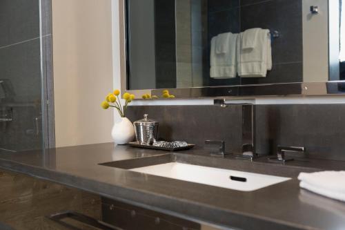A bathroom at Kimpton Hotel Van Zandt, an IHG Hotel