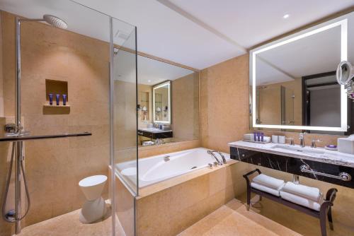 Ein Badezimmer in der Unterkunft The Fullerton Hotel Singapore (SG Clean, Staycation Approved)