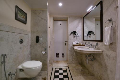 A bathroom at BrijRama Palace- A Heritage Hotel