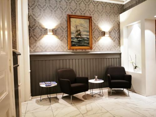 A seating area at Steens Hotel