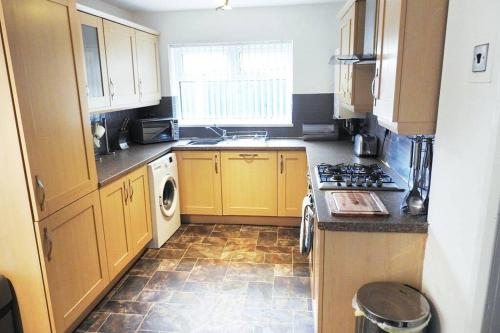 A kitchen or kitchenette at Outstanding and Spacious modern 4 bedroom house