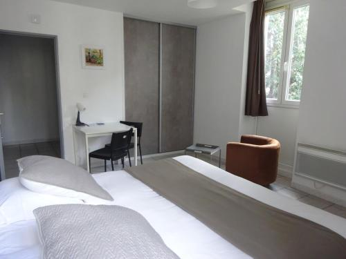 A bed or beds in a room at Résidence Les Cordeliers