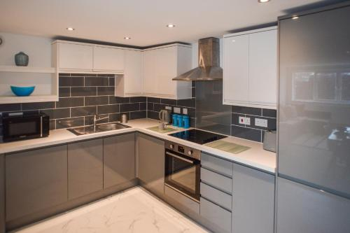 A kitchen or kitchenette at Anstey Heights Apartments