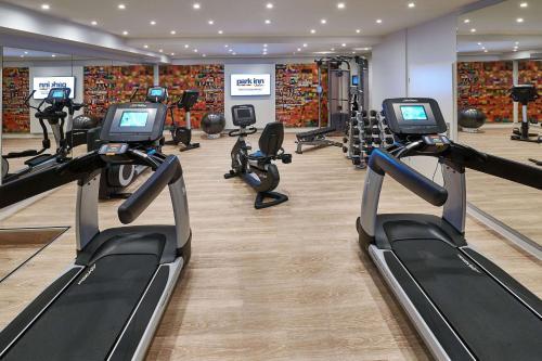 Das Fitnesscenter und/oder die Fitnesseinrichtungen in der Unterkunft Park Inn by Radisson Berlin Alexanderplatz