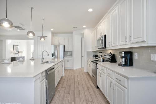A kitchen or kitchenette at Sonoma Resort 7 Bedroom Vacation Home with Pool 1849