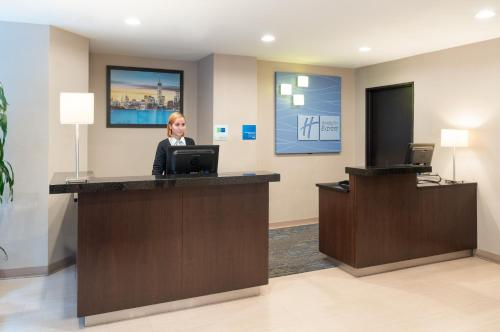 The lobby or reception area at Holiday Inn Express - Wall Street, an IHG Hotel