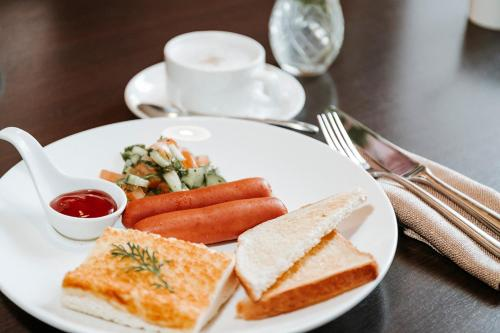 Breakfast options available to guests at Golden Embankment