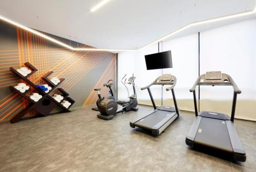 The fitness centre and/or fitness facilities at Holiday Inn Express Adelaide City Centre, an IHG Hotel