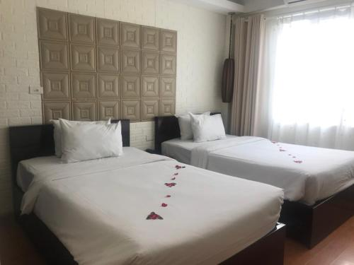 A bed or beds in a room at Hanoi Impressive Hotel