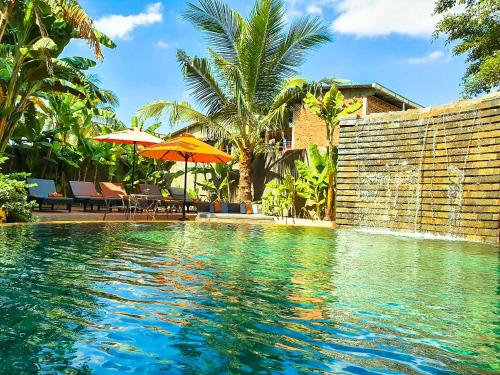 Der Swimmingpool an oder in der Nähe von Central Privilege Hotel
