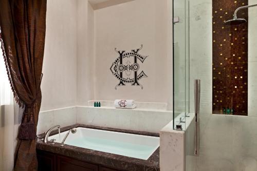 Ein Badezimmer in der Unterkunft Sofitel Legend Old Cataract