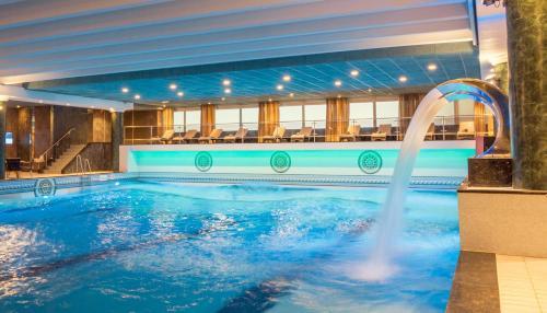 Der Swimmingpool an oder in der Nähe von Hotel Van Oranje