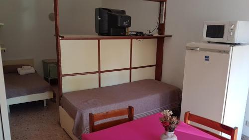 Una cama o camas en una habitación de America Apartamentos Pinamar