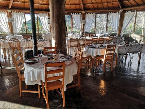 A restaurant or other place to eat at Hotel os Moinhos