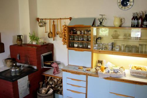 A kitchen or kitchenette at Apartmán na Sedliackom Dvore - Brezno