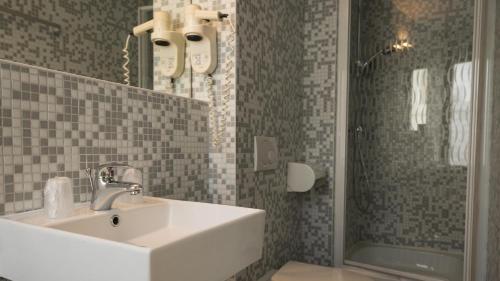 A bathroom at Hotel 3 Paardekens