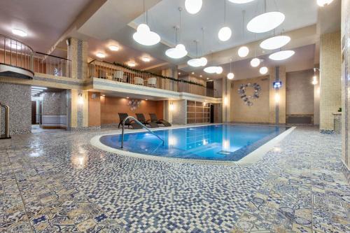 Бассейн в Royal Hotel Spa & Wellness или поблизости