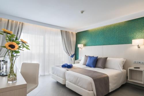 Een bed of bedden in een kamer bij Aparthotel Esquinzo Y Monte Del Mar