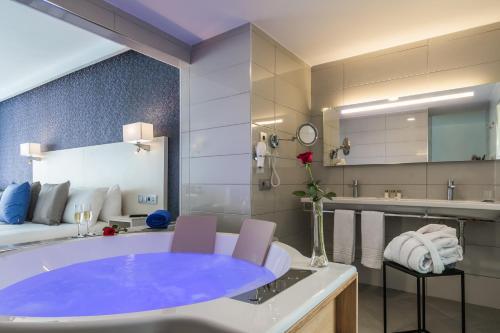 Een badkamer bij Aparthotel Esquinzo Y Monte Del Mar