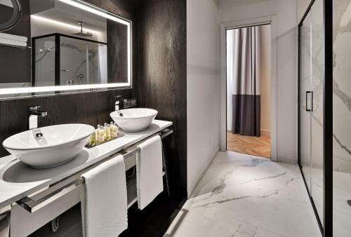 A bathroom at DoubleTree By Hilton Trieste