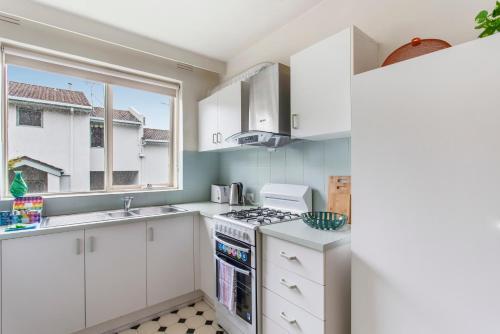 A kitchen or kitchenette at Family-friendly apartment in green Glen Iris