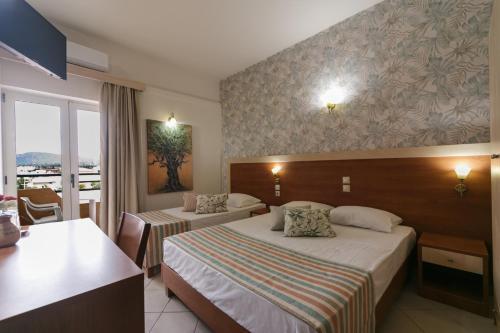 Кровать или кровати в номере Erato Hotel