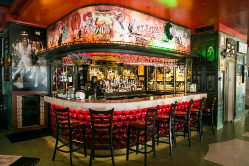 De lounge of bar bij Hotel Breakwater South Beach