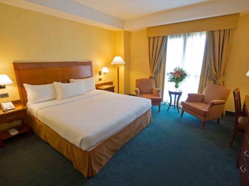 A bed or beds in a room at Mercure Leonardo da Vinci Rome Airport