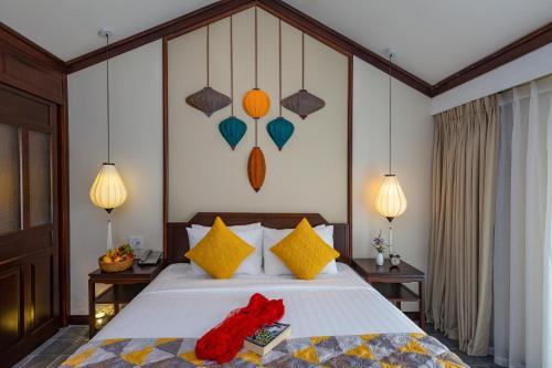 Ein Bett oder Betten in einem Zimmer der Unterkunft Cozy Savvy Boutique Hotel Hoi An