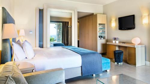 A bed or beds in a room at Daios Cove Luxury Resort & Villas