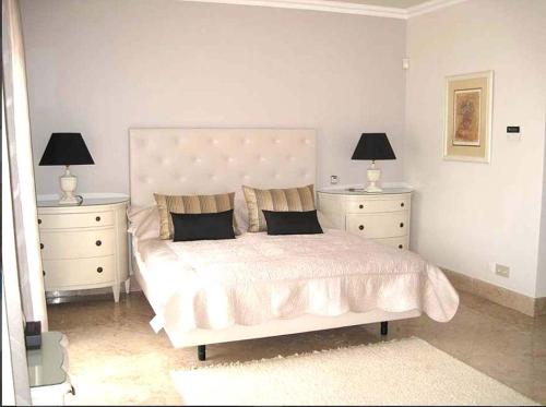 A bed or beds in a room at Quinta do Lago Villa Sleeps 8 Pool Air Con WiFi