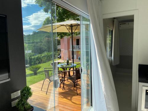 A balcony or terrace at Container no Vale dos Vinhedos em Bento Gonçalves
