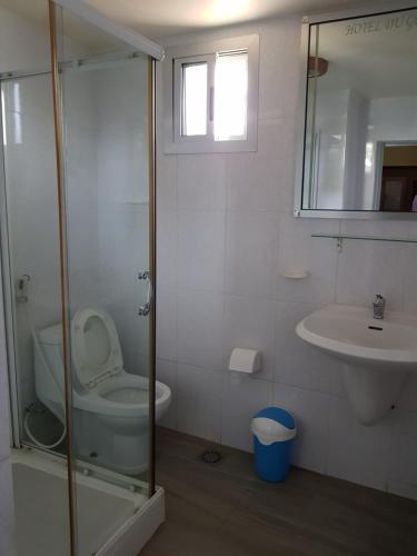 A bathroom at Hotel du Golfe de Guinee