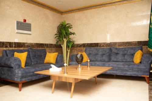 Uma área de estar em Farha International Furnished Units 3
