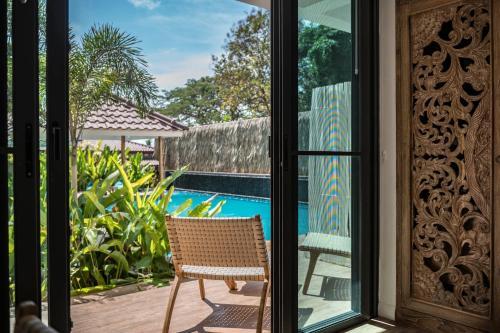 Ein Blick auf den Pool von der Unterkunft By The Sea Koh Mak oder aus der Nähe