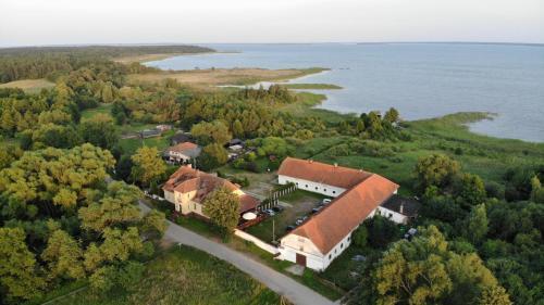Widok z lotu ptaka na obiekt Folwark Łuknajno nad Jeziorem Śniardwy