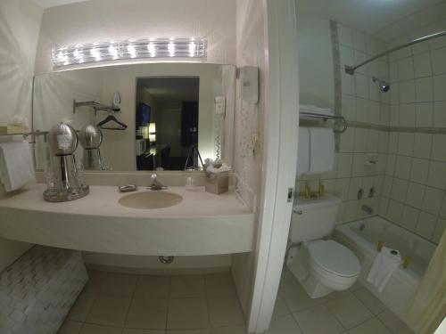 A bathroom at Floridian Hotel