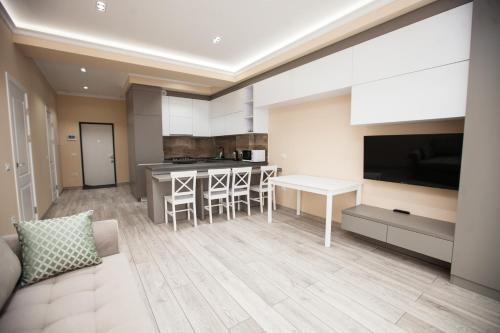 Televizorius ir (arba) pramogų centras apgyvendinimo įstaigoje DOUBLE SkyHouse Exclusive Apartments