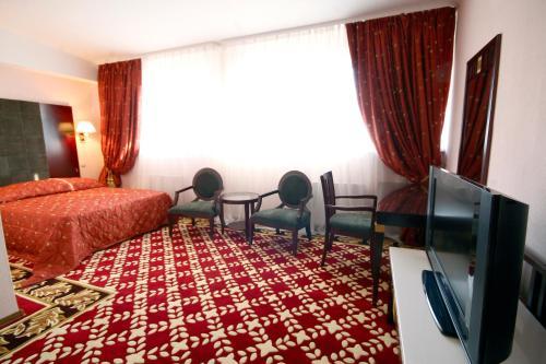 Un televizor și/sau centru de divertisment la Club Royal Park Hotel