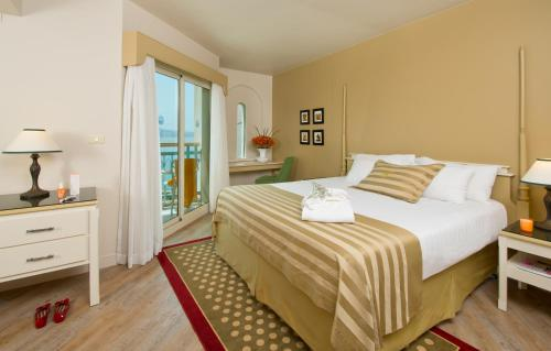 A bed or beds in a room at Herods Palace Hotels & Spa Eilat a Premium collection by Fattal Hotels