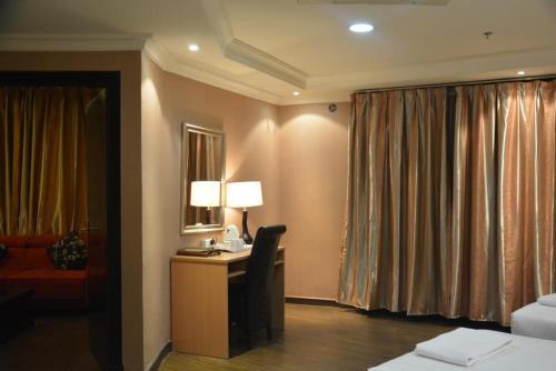Uma TV ou centro de entretenimento em Shomookh Hotel