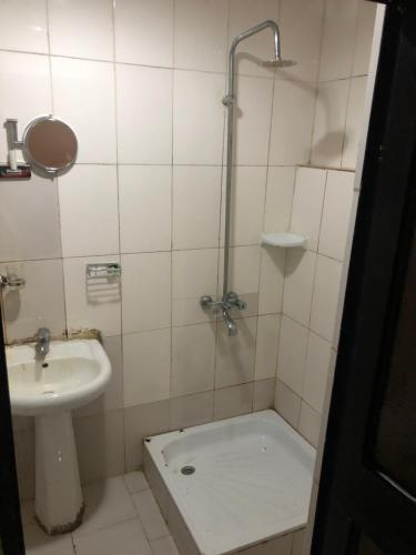 A bathroom at DE' BAKERS SUITES