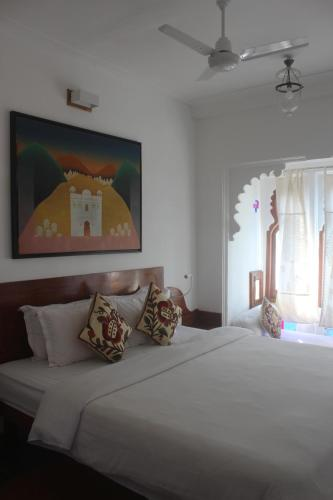 A bed or beds in a room at Kankarwa Haveli
